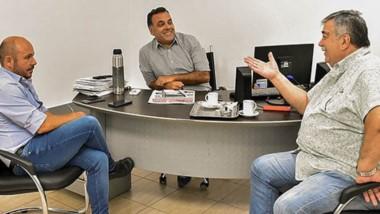 Encuentro. El vicegobernador Ricardo Sastre mantuvo un diálogo con Héctor González y el director periodístico del grupo de medios.
