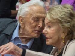 Kirk Douglas (103 años) y su hoy viuda Anne Buydens (100 años). Amor centenario sin ninguna duda!!