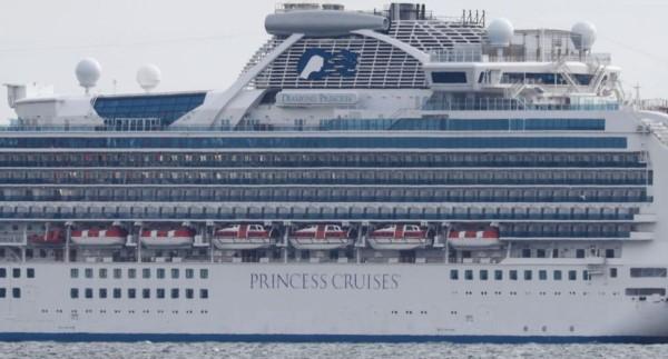 El crucero Diamond Princess quedó en cuarentena por diez casos de la enfermedad. Está anclado en la bahía de Yokohama.