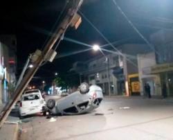 El auto quedó de techo y otros dos vehículos con daños (foto facebook)