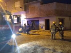 Bomberos y policía rescataron a la mujer del interior de la vivienda (foto Bomberos Madryn)