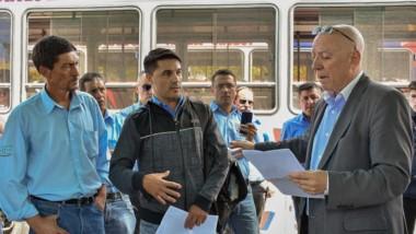 Diálogo. Maza escuchó el reclamo de los trabajadores y explicó cómo evoluciona el depósito de sueldos.