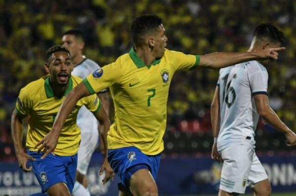 Con goles de Paulinho y Cunha, Brasil le gana 2-0 a Argentina, al término del primer tiempo.