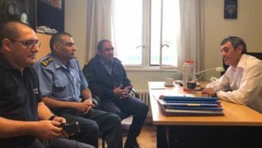 Cumbre. El fiscal Caperochipi junto con los funcionarios de la Policía.