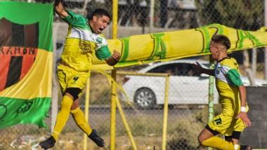 Facundo Perea acaba de doblegar a Matías López por segunda vez y estampa el 2-1 parcial. El zaguero central fue la figura de la cancha ayer.