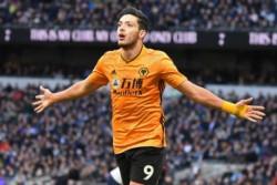 Raúl Jiménez convirtió el gol del triunfo. Wolves derrotó 3-2 a Tottenham en un encuentro directo por la lucha de plazas clasificatorias a la Champions League.