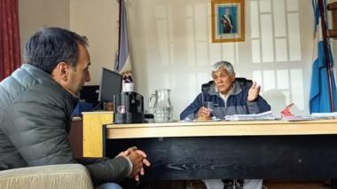 Diálogo. Roveta (izquierda) y Currilén hablaron sobre su proyecto para fortalecer la lucha contra los incendios forestales en esa zona.