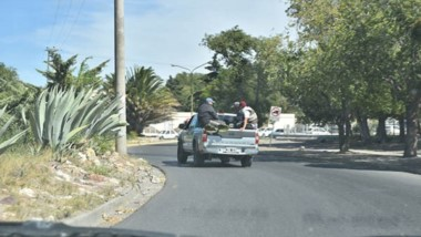 Cuidado muchachos. Empleados arriba de una camioneta municipal.