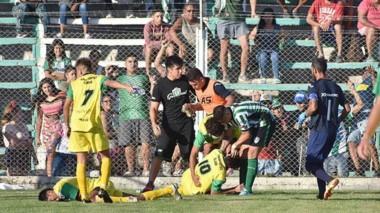 Cayeron los botellazos tras el segundo gol de La Ribera desde la popular local. Ramos e Ibáñez, jugadores visitantes, en el suelo. Tarde penosa.