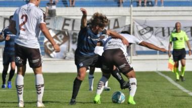 """Urquijo pelea contra un rival """"Calamar"""". Brown se adelantó, pero Platense lo empató rápidamente. En la próxima, la """"Banda"""" juega en Mendoza."""