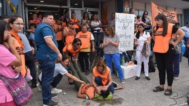Durante la huelga llevada a cabo hasta el  día de ayer, una de las trabajadores se descompensó y fue derivada al Hospital Santa Teresita.