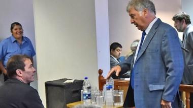 Dúo. Sentado, Correa charla antes de la audiencia con su defensor, Gabalachis, para afinar argumentos.