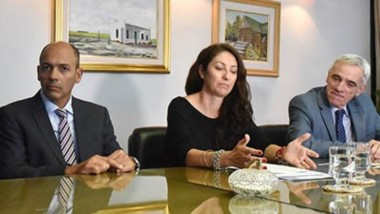 Protagonistas. Desde la izquierda, Panizzi, Maglione, Ripa y Vivas durante la rúbrica del acuerdo para que los aspirantes en Chubut se capaciten.