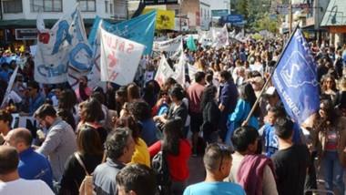 Marcha. Una postal del multitudinario reclamo en la cordillera con la unión de varios sectores.