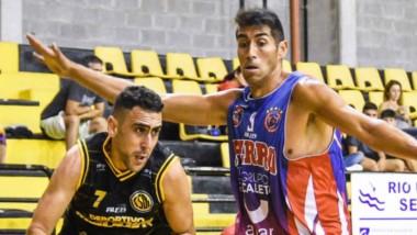 """Rodrigo García en acción. Deportivo Madryn, puntero, recibe la visita de Germinal en el """"Luján Barrientos""""."""