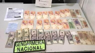 Además de la cocaína, la mujer llevada dinero nacional y extranjero.