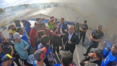 El ministro de Seguridad, Federico Massoni, se acercó hasta el corte que estaba llevando adelante el SITRAVICh sobre la ruta 7.