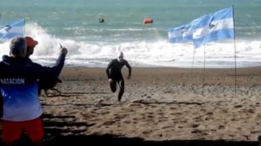 """Así llegaba a la meta Joaquín Taibo, completando los 5.500 metros de nado que separan Playa Bonita del sector del """"monumento a las toninas"""" de Playa Unión en un tiempo de 1:13.13."""