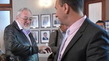 Venga ese codo. Julio Ramírez saludó al intendente Adrián Maderna siguiendo las recomendaciones.