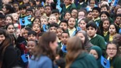 El Primer Ministro Johnson anuncia el cierre de las escuelas.
