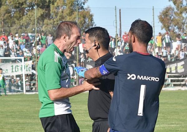 El árbitro Ulloa y el técnico Dencor protagonizaron un bochornoso suceso.