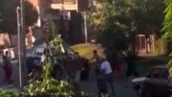 La policía y vecinos enfrentados por no acatar la cuarentena.