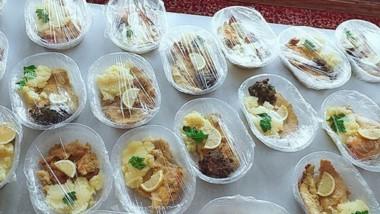Uno de los platos repartidos por el municipio a los adultos mayores.