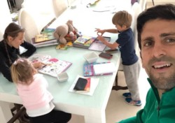 Djokovic publicó esta agradable imagen junto a su familia y llamó a todos a quedarse en sus casas, rezar, meditar, comer bien, tocar música, cantar, bailar, leer, escribir, hacer ejercicio, dormir bie