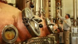 Empresa privada rionegrina donó a Río Negro 19.000 litros de alcohol de pera.