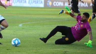 El arquero Pablo Lencina achica al rival, en la histórica clasificación ante Platense por Copa Argentina.