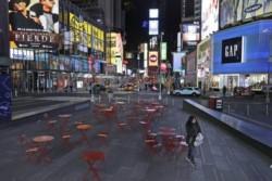 El desolador panorama que se ve en el Times Square de Nueva York debido a la cuarentena por coronavirus; tiendas cerradas y calles sin gente.