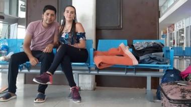 Gerardo Pilquiman y Mirta Luna, varados en la terminal de Bahía Blanca, esperan ansiosos poder regresar.