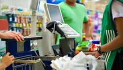 Empleados de supermercados que trabajan durante la cuarentena recibirán un bono de $5.000.