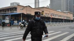 Los retornados regresaron a Wuhan con barbijos, guantes de látex y trajes protectores.