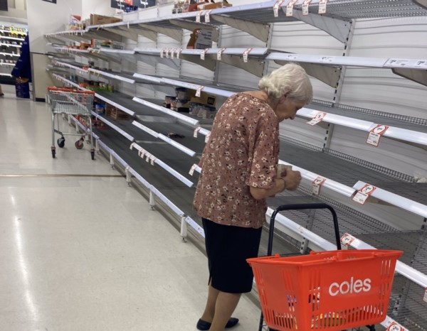 Una imagen que genera tristeza e indignación está recorriendo el mundo: una abuela mira hacia las góndolas vacías y no puede contener las lágrimas.