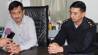 El intendente de Cholila, Silvio Boudargham junto al comisario Lautaro Insunza en diálogo con la prensa.
