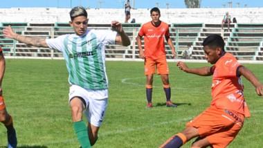 Marcelo Ramírez, lateral por derecha de J.J. Moreno, va al cruce del balón ante el delantero de Germinal, Kevin Rosas.