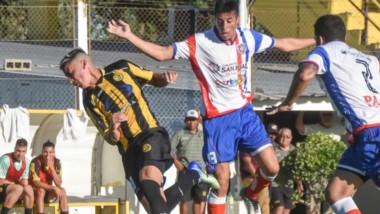 Momento clave del partido ante Sportivo Peñarol. Jeldres es derribado dentro del área y Giménez marcaría de penal el tanto de la victoria.