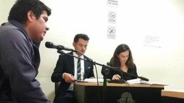 Juan Emilio Heredia escuchando la imputación de la Fiscalía comodorense de un hecho que irá a un juicio.