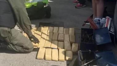 La droga estaba en los laterales y en la compuerta de la camioneta.