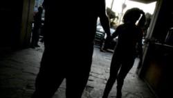 Una madre entregó a sus dos hijas de 7 y 10 años a un almacenero jubilado de 68 años, para que las viole. (Archivo)