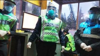 Los efectivos policiales lucen las máscaras protectoras.