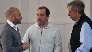 Massoni junto a José Grazzini. El operativo tiene como prioridad traer a las personas mayores de 65 años o con problemas de salud.