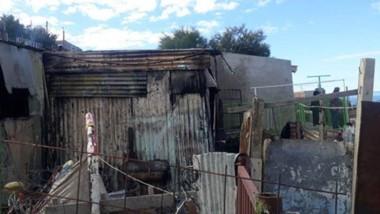 La vivienda del barrio Pietrobelli fue totalmente consumida por las llamas antes del mediodía de ayer.