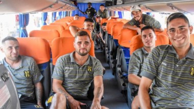 El plantel de Deportivo Madryn, vía terrestre, emprendió viaje hacia San Luis, donde mañana intentará sumar otros tres puntos para seguir arriba.