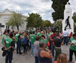 Todo verde. Los afiliados a ATE se fueron sumando al grupo que protestó en Fontana 50 en Rawson.