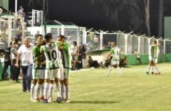 Deportivo Madryn, que llega de ganarle a Peñarol de San Juan, visita esta noche e Estudiantes de San Luis.