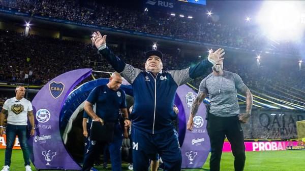 Diego Armando Maradona volvio a la Bombonera.