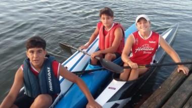 Ellos son Luciano Olivera, Lucio Julio Paso y Candela Velázquez, palistas del club Huracán de Trelew.