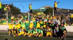 Festejo de los jugadores de La Ribera junto a los hinchas que fueron a acompañarlos hasta Esquel.